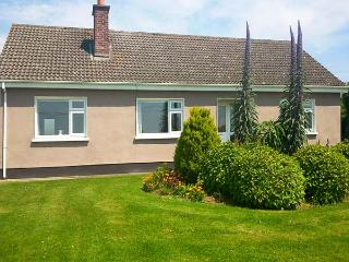 MAGGI ROE'S, detached bungalow, open fire, lawned gardens, pet friendly, in Fethard-on-Sea, Ref 18277 - Passage East vacation rentals