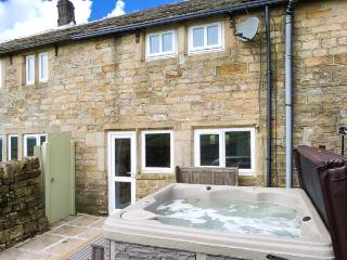 RED ROSE COTTAGE, patio with hot tub, WiFi, zip/link bed, Ref 912594 - Cragg Vale vacation rentals