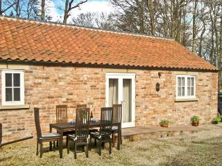 STABLE COTTAGE, pet-friendly, single-storey cottage, underfloor heating, close walking, in Hovingham Ref 21723 - York vacation rentals