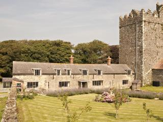 Delightful heritage castle cottage on farm by sea - Tomhaggard vacation rentals