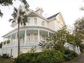 3 STORIES, 6 BEDROOMS, 4.5 BATHS, WOOD FLOORS, SCENIC LOCATION, HISTORIC - Galveston vacation rentals