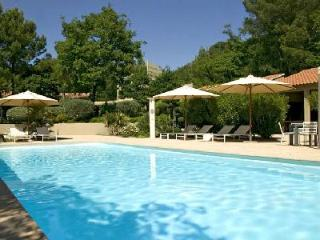 Contemporary Villa Les Cigales in Pine Forest with Lovely Garden, Heated Pool & Outdoor Living Area - Nîmes vacation rentals