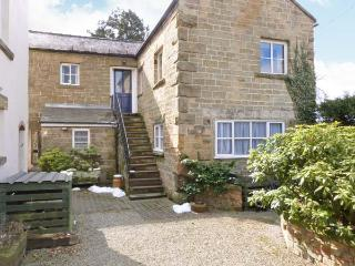 THE MEWS, cottage with woodburner, country views, use of spacious grounds, Masham Ref 23082 - Carperby vacation rentals