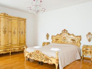 Apartment Settecento, located in Cannaregio near Jewish Ghetto, Ca' D'oro and Casinò di Venezia and 10 minutes to Rialto - Venice vacation rentals