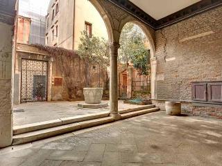 Apartment Scala Reale, few step to Casinò di Venezia, near to Jewish Ghetto, 12/15 minutes walk to Rialto - Veneto - Venice vacation rentals