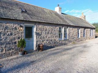 OLD POST OFFICE COTTAGE, open fire, freestanding bath, ground floor cottage near Portsoy, Ref. 30600 - Portsoy vacation rentals
