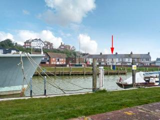 RIVERSIDE APARTMENT next to river, romantic retreat in Rye Ref 22886 - East Sussex vacation rentals
