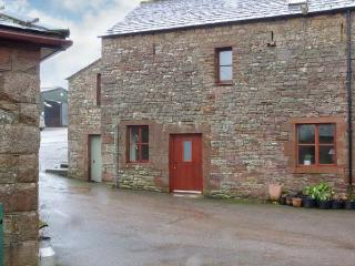 BARN END, barn conversion, with woodburning stove and roll-top bath, close to Lake Ullswater, near Pooley Bridge, Ref 20516 - Helton vacation rentals