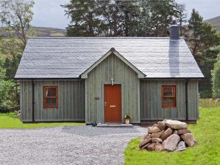 MORVEN COTTAGE, single-storey lodge with multi-fuel stove, hot tub, fishing, close Ballater Ref 15508 - Braemar vacation rentals