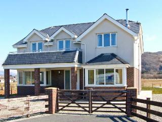 AWELFOR, beautiful sea and mountain views, dog-friendly, in Fairbourne, Ref 23860 - Snowdonia National Park Area vacation rentals