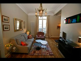 Exceptional 2 Bedroom Parisian Apartment - 1st Arrondissement Louvre vacation rentals