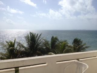 balcony view - OCEAN FRONT AFFORDABLE CONDO IN CANCUN - Cancun - rentals