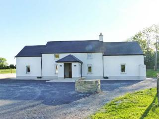 BEECH LANE FARMHOUSE, pet-friendly, off road parking, front and rear gardens, in Gowran, Ref 18513 - Gowran vacation rentals