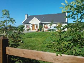 WILLOW COTTAGE, great touring base, en-suite facilities, off road parking, garden, near Narin, Ref 21403 - Dungloe vacation rentals