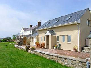FFERMDY BACH, family-friendly, woodburner, countryside and sea views, near Malltraeth, Ref 23048 - Malltraeth vacation rentals