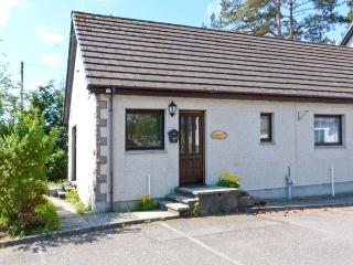 GARDEN COTTAGE, pet-friendly single-storey cottage, garden, close amenities in Newtonmore Ref 26026 - Aviemore vacation rentals