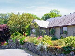 LLETY NEST, single-storey cottage on farm, wonderful views, close to walks and cycle trails, near Dolgellau, Ref 24366 - Dolgellau vacation rentals