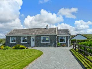 COURHOOR LAKE COTTAGE, open fire and solid-fuel stove, all ground floor, off road parking, in Claddaghduff near Clifden, Ref. 25871 - Claddaghduff vacation rentals