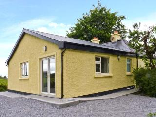 CUTTEEN, open fire, off road parking, enclosed garden, near Tulla, Ref 26020 - Tulla vacation rentals