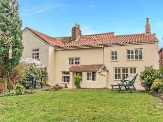 CLEMATIS COTTAGE, character cottage, lawned garden, within walking distance to shop and pub, in Tealby, near Market Rasen, Ref 26457 - Market Rasen vacation rentals