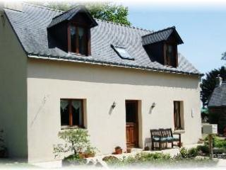 2 bedroom cottage with panaramic lake veiws of the adjoining fishing lake - Llangollen vacation rentals