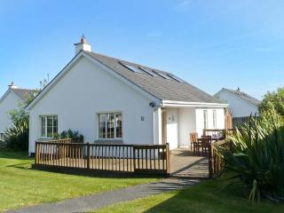 21 BRITTAS BAY PARK, detached cottage, solid-fuel stove, on-site facilities, close to beach, in Brittas Bay Village, Ref 25676 - Rathdrum vacation rentals