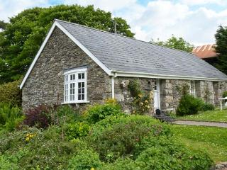 THE OLD STABLE, single-storey cottage on country estate, games room, close to coast, near Camelford, Ref 26392 - Camelford vacation rentals