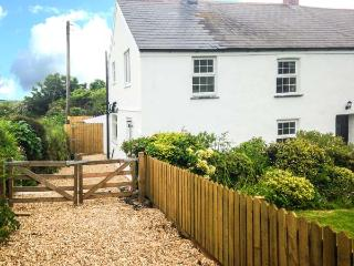 APPLEDORE COTTAGE, woodburner, pets welcome, off road parking, en-suite, pretty cottage near Porthtowan, Ref. 904671 - Penryn vacation rentals