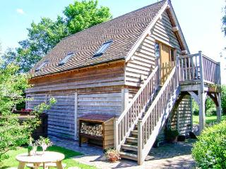 THE WAGONSHED, hot tub, woodburning stove, balcony with furniture, lawned garden with BBQ, Ref 913872 - Cheshire vacation rentals