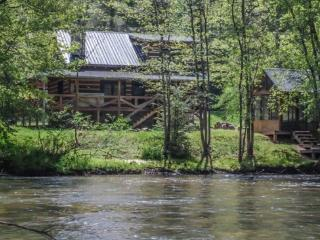 HANGIN` AT THE RIVER- 3BR/2BA- CABIN ON THE TOCCOA RIVER SLEEPS 6, SATELLITE TV, HOT TUB, PET FRIENDLY, WOOD BURNING FIREPLACE,  - Blue Ridge vacation rentals