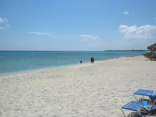 Powdery white sand and crystal blue water - On Seven Mile Beach - Christopher Columbus #14 - Seven Mile Beach - rentals