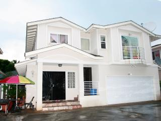 CHARMING 3BR / 2BA (DUPLEX) - 5 MIN. TO WAIKIKI - Honolulu vacation rentals