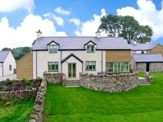 DOLWAENYDD, WiFi, en-suite, country views, woodburner, detached cottage near Brynsiencyn, Ref. 22923 - Llangefni vacation rentals