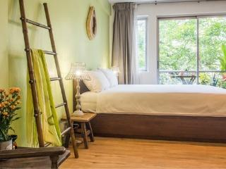 GREEN LEAF - 5min walk to BTS, AC-WIFI-POOL-TV - Bangkok vacation rentals