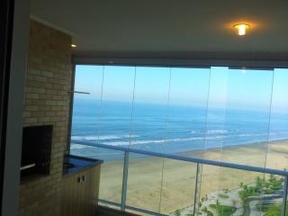 apartamento na praia de frente ao mar - Praia Grande vacation rentals