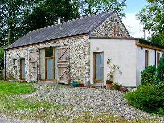 LLWYNBWCH BARN, detached barn conversion, two woodburners, nature reserve on-site, countryside location, near Llansadwrn, Ref 29 - Carmarthenshire vacation rentals