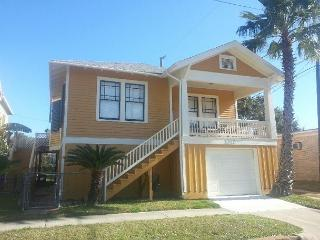 4 Blocks to the Beach, Close to Pleasure Pier, Sleeps 9, Garage - Bacliff vacation rentals