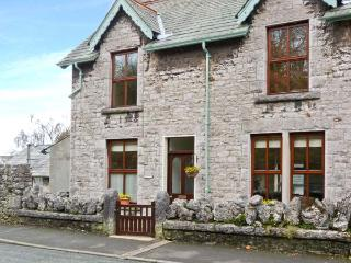 PENDLETON COTTAGE, stone-built, open fire, WiFi, enclosed gardens, close to excellent amenities, in Grange-over-Sands, Ref 28327 - Lindale vacation rentals
