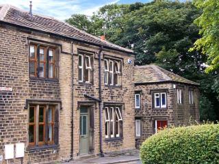 ONE SHARP LANE, family friendly, country holiday cottage, with a garden in Almondbury, Ref 29158 - Langtoft vacation rentals