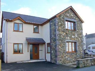 BRYN SEION, modern cottage, WiFi, dressing room, en-suite, woodburner, in Y Felinheli, Ref 30276 - Y Felinheli vacation rentals