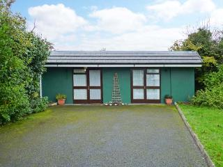 WOODSIDE LODGE, single-storey accommodation, woodburner, pet-friendly, near Oughterard, Ref 30696 - County Galway vacation rentals