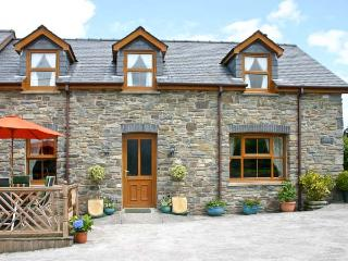 TANGAER COTTAGE, woodburner, two dogs welcome, child-friendly, WiFi, luxurious semi-detached cottage near Lampeter, Ref. 903544 - Lampeter vacation rentals