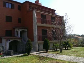 TERRAROSSA apartment with large garden - Valbandon vacation rentals