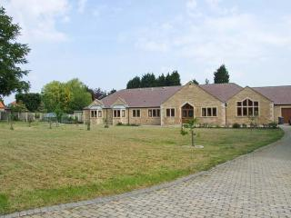 MANOR HOUSE, enclosed garden, WiFi, childrens play area, woodburning stove, Ref 904429 - Edwinstowe vacation rentals