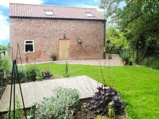 HOLLY BROOK BARN, king-size double, WiFi, enclosed garden, patio with furniture, Ref 912729 - Cold Kirby vacation rentals