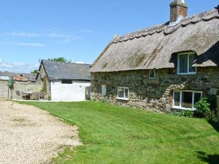 HILL FARM COTTAGE, pet friendly, character holiday cottage, with a garden in Freshwater, Isle Of Wight, Ref 12722 - Freshwater vacation rentals