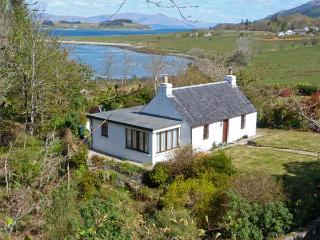 TIGH NA DROCHAID, pretty cottage, woodburner in bedroom, open fire, en-suite, burn in garden, in Port Appin near Oban Ref 13027 - Oban vacation rentals