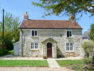 WEIRSIDE COTTAGE, close to coast, superb accommodation, stream in garden in Brighstone, Ref 21801 - Bournemouth vacation rentals
