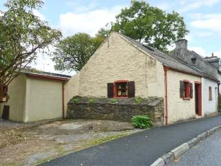 ROCK COTTAGE, semi-detached, central location, woodburner, off road parking, garden, in Thomastown, Ref 26093 - Graiguenamanagh vacation rentals
