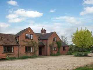 HIGHCROFT, open fire, WiFi, dogs welcome, AGA, semi-detached cottage near Stratford-upon-Avon, Ref. 30949 - Stratford-upon-Avon vacation rentals